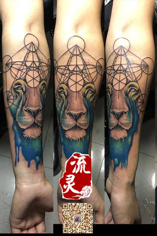 小臂几何彩色狮子