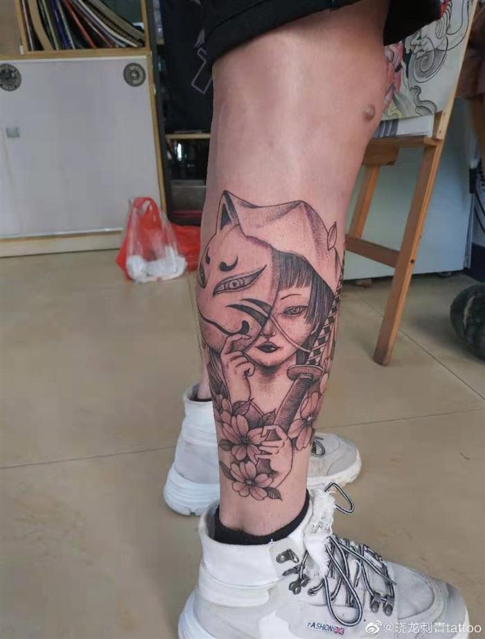 腿部面具美女图