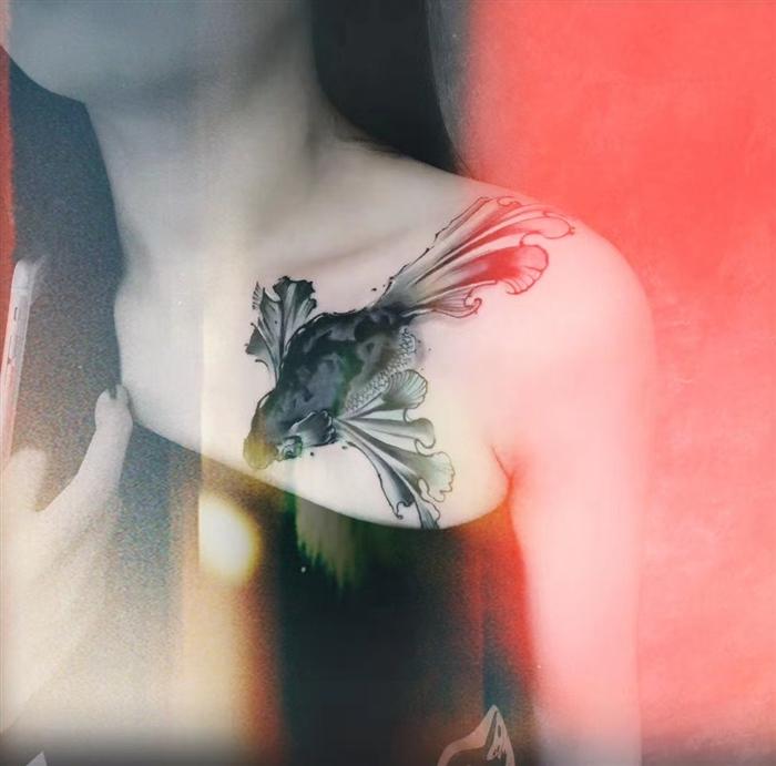 前胸泼墨鲸鱼纹身