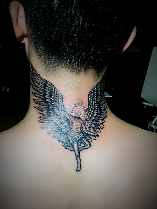 脖子翅膀纹身图案